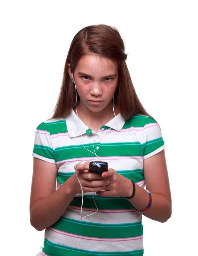 Muchacha adolescente que enumera a la música foto de archivo libre de regalías