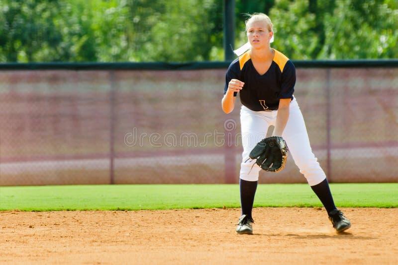 Muchacha adolescente que juega a beísbol con pelota blanda imágenes de archivo libres de regalías
