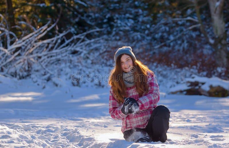 Muchacha adolescente que juega en nieve fotos de archivo