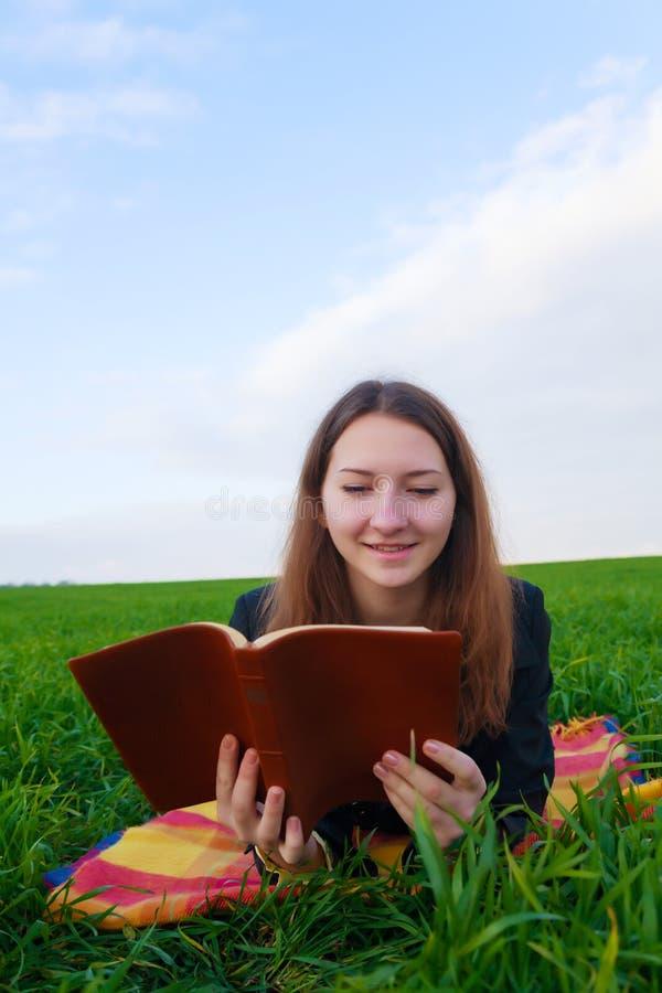Muchacha adolescente que lee la biblia al aire libre fotos de archivo libres de regalías