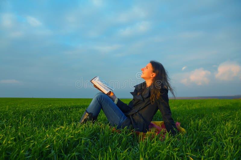 Muchacha adolescente que lee la biblia al aire libre fotografía de archivo libre de regalías
