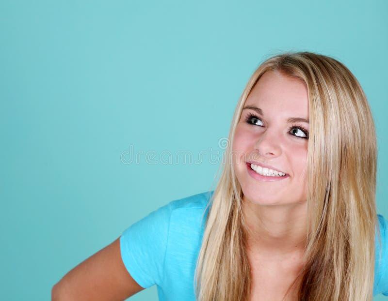 Muchacha adolescente que mira para arriba foto de archivo
