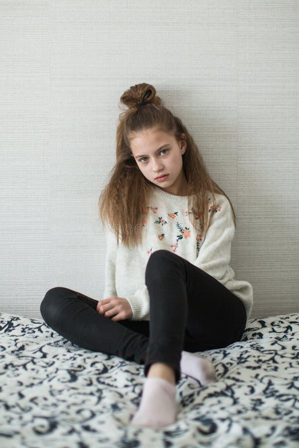 Muchacha adolescente que presenta en su sitio para el retrato imagen de archivo libre de regalías
