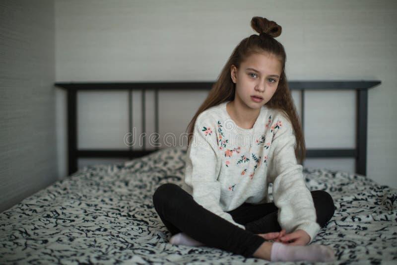 Muchacha adolescente que presenta en su sitio para el retrato fotografía de archivo