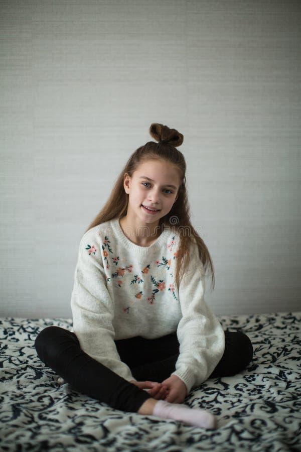 Muchacha adolescente que presenta en su sitio para el retrato imágenes de archivo libres de regalías