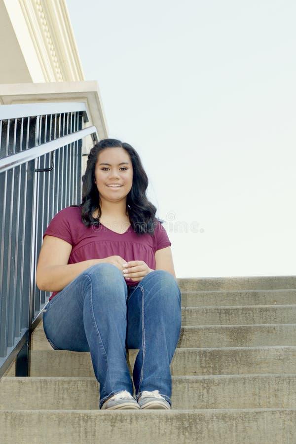 Muchacha adolescente que se sienta en la escalera foto de archivo libre de regalías