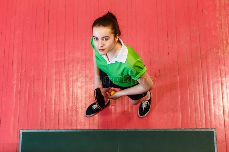 Muchacha adolescente que sostiene una estafa de tenis de mesa, visión superior fotos de archivo libres de regalías