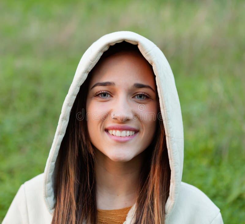 Muchacha adolescente sonriente afuera fotos de archivo libres de regalías