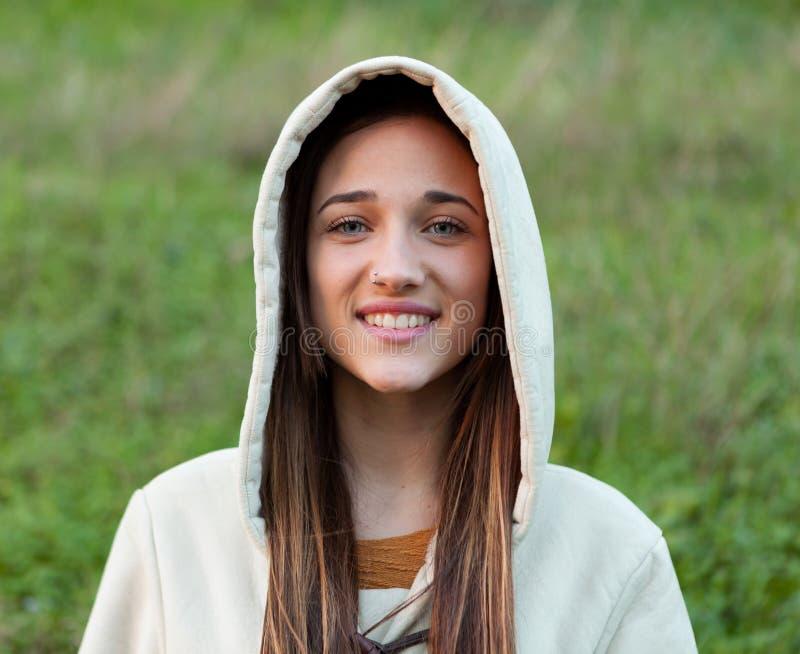 Muchacha adolescente sonriente afuera con la capilla foto de archivo