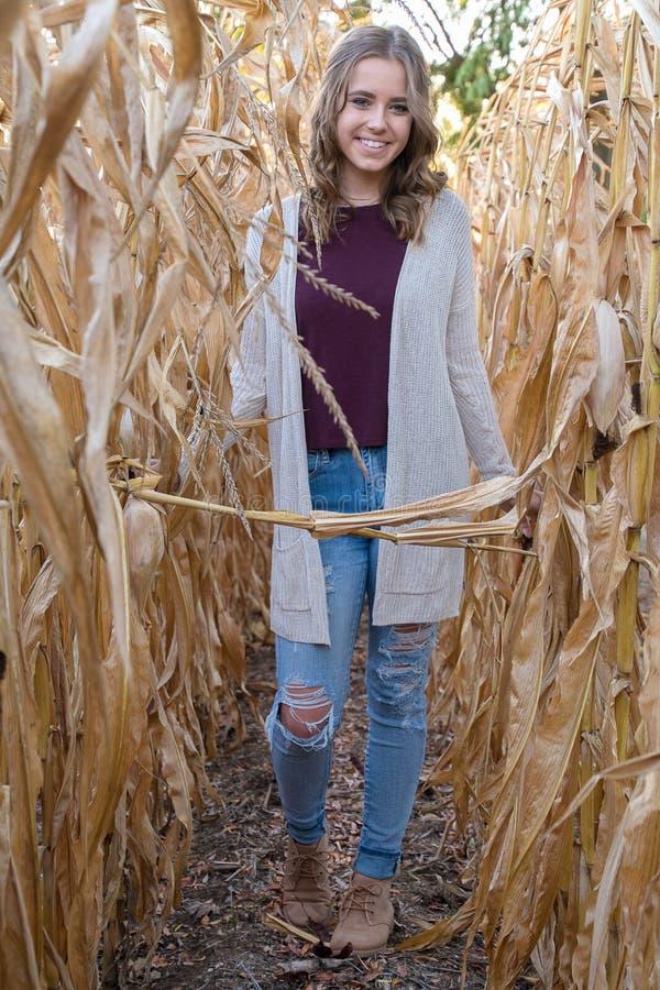 Muchacha adolescente sonriente en campo de maíz fotos de archivo libres de regalías