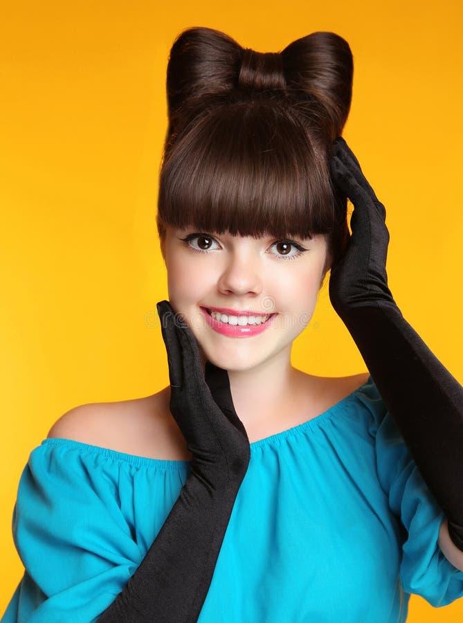 Muchacha adolescente sonriente feliz con el peinado del arco, modelo joven p de la belleza fotografía de archivo libre de regalías