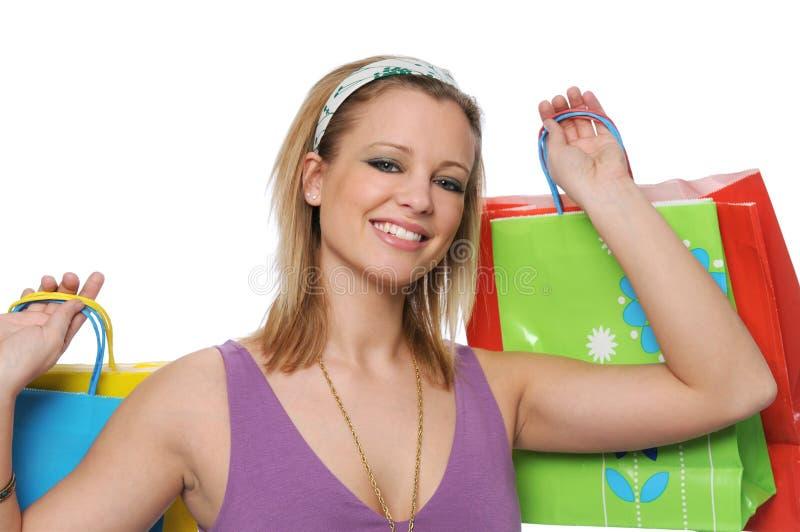 Muchacha adolescente sonriente hermosa con los bolsos de compras imagenes de archivo