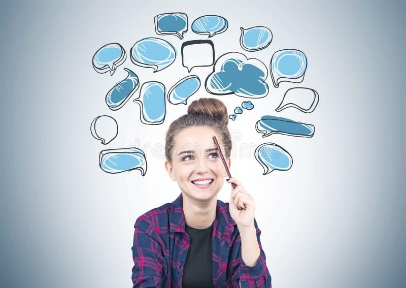 Muchacha adolescente sonriente que piensa, burbujas del discurso imágenes de archivo libres de regalías