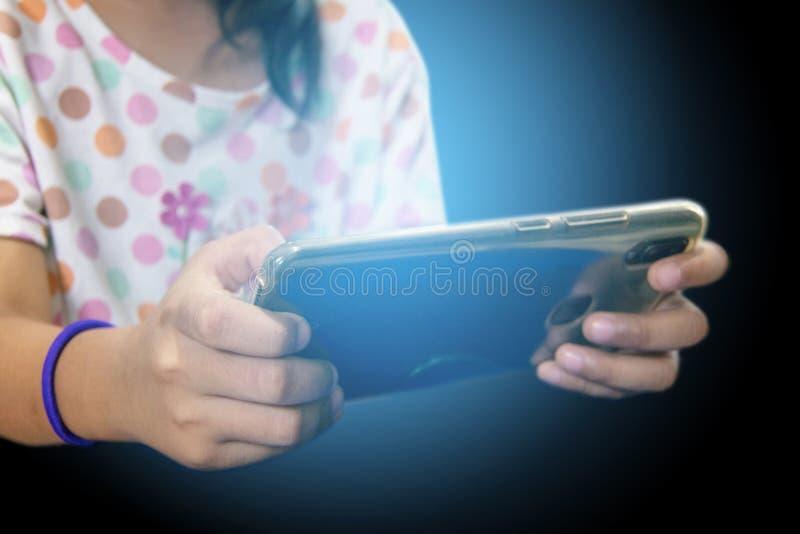 Muchacha adolescente toca el teléfono inteligente fotografía de archivo