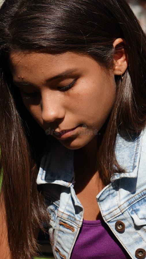 Muchacha adolescente triste y sola fotos de archivo