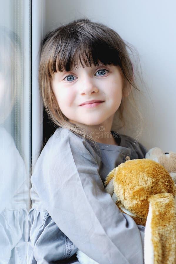 Muchacha adorable con el conejito fotografía de archivo