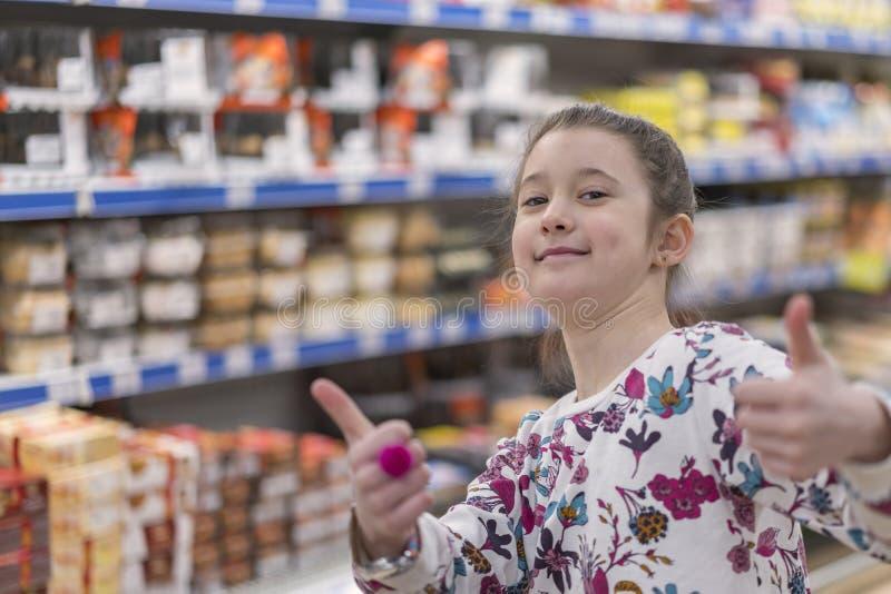 Muchacha adorable del preadolescente en el mercado fotos de archivo