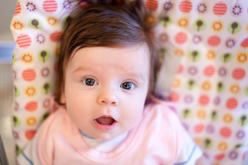 Muchacha adorable en la cama fotos de archivo