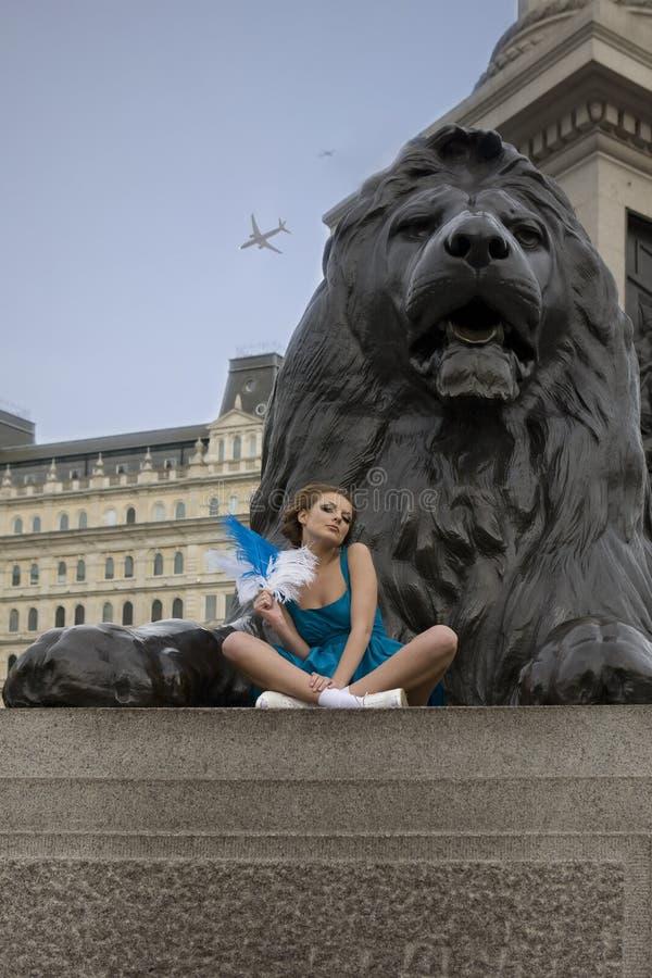 Muchacha adulta joven que se sienta en el cuadrado de Trafalgar. imagen de archivo libre de regalías