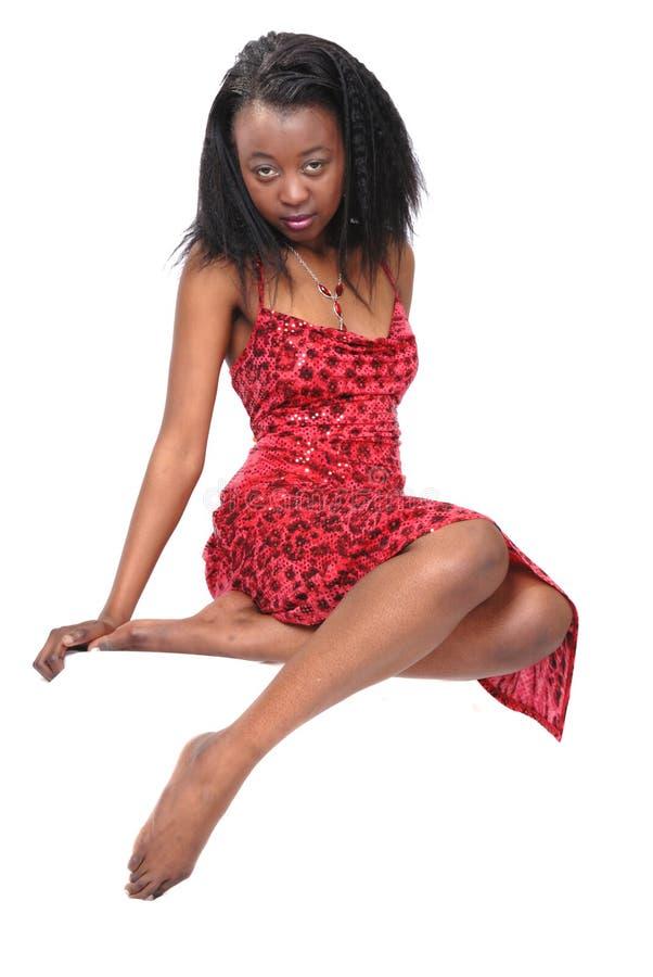 Muchacha africana atractiva en rojo imagen de archivo