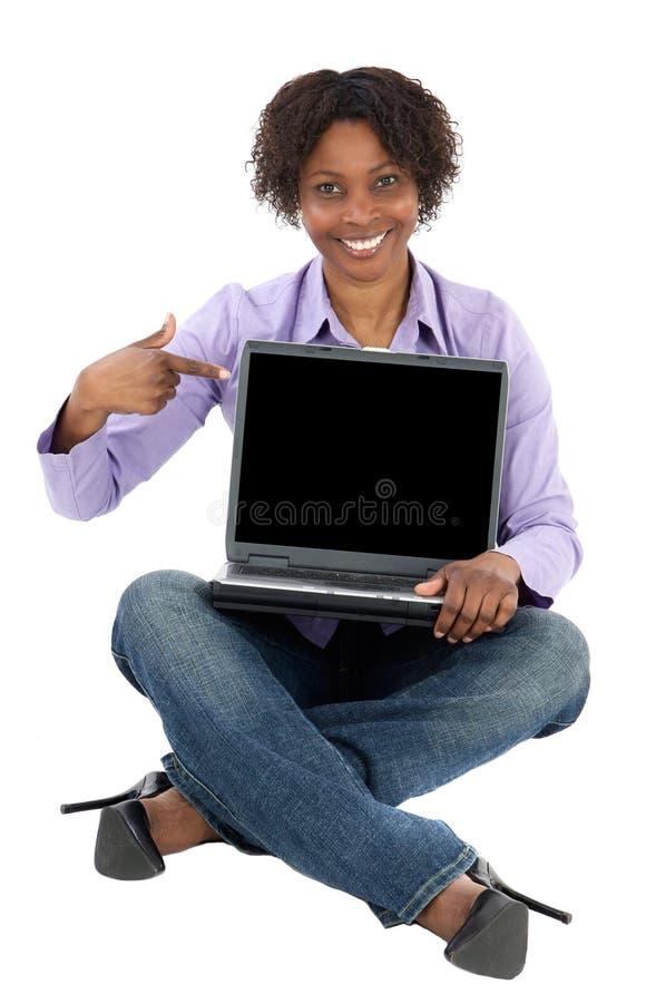 Muchacha africana con el ordenador foto de archivo