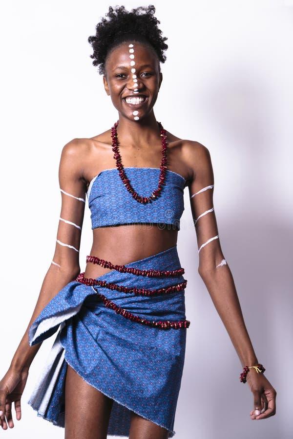 Muchacha africana joven con el modelo étnico en su cara imágenes de archivo libres de regalías
