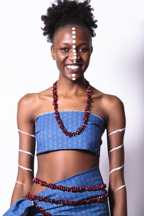 Muchacha africana joven con el modelo étnico en su cara foto de archivo