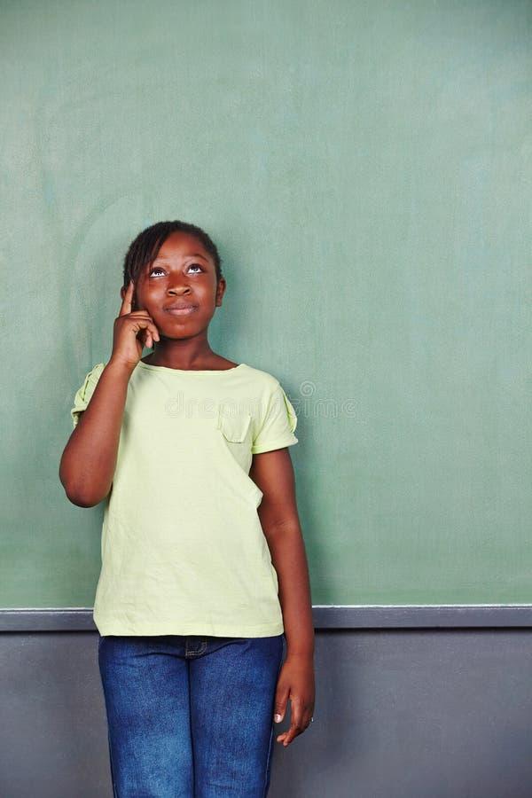 Muchacha africana que piensa en elemental imágenes de archivo libres de regalías
