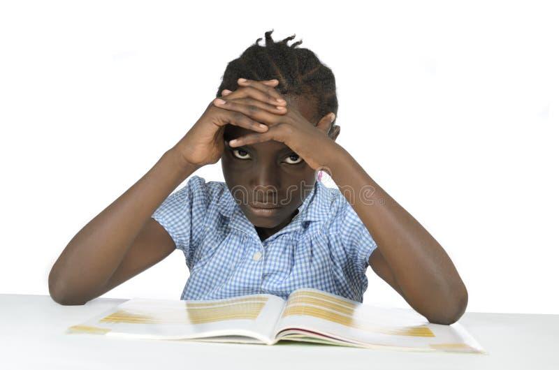 Muchacha africana que tiene tensión mientras que aprende fotos de archivo libres de regalías