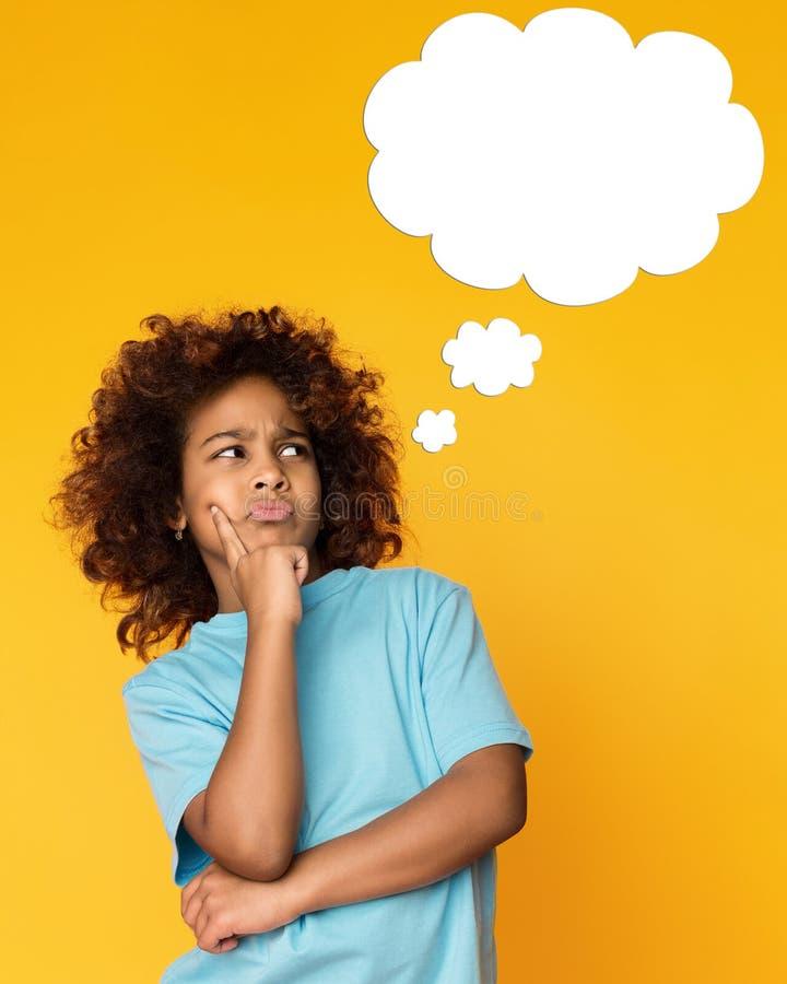 Muchacha afroamericana del niño que piensa con la nube en blanco fotos de archivo libres de regalías