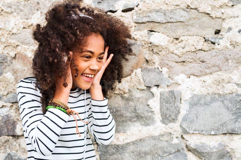 Muchacha afroamericana hermosa con los auriculares, música que escucha imágenes de archivo libres de regalías