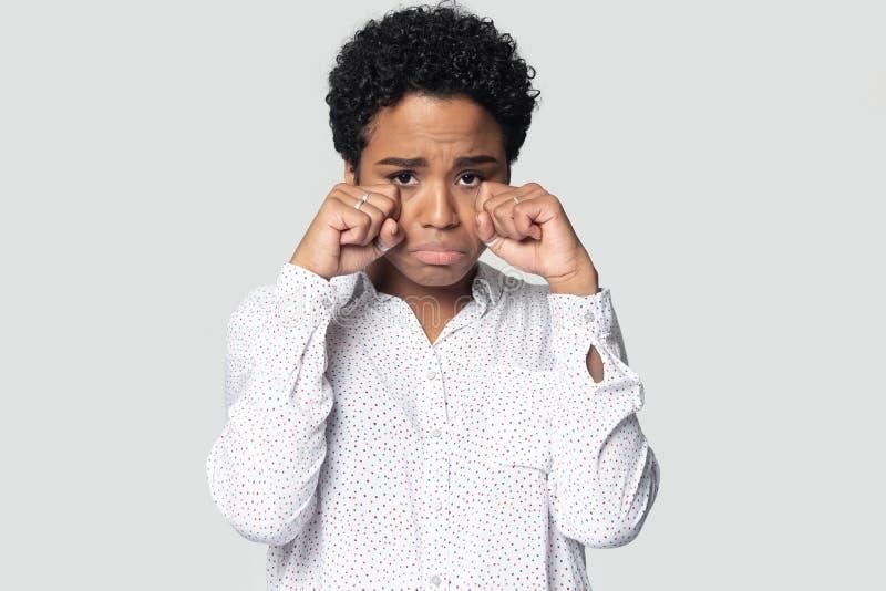 Muchacha afroamericana triste que limpia el griterío de los rasgones foto de archivo libre de regalías