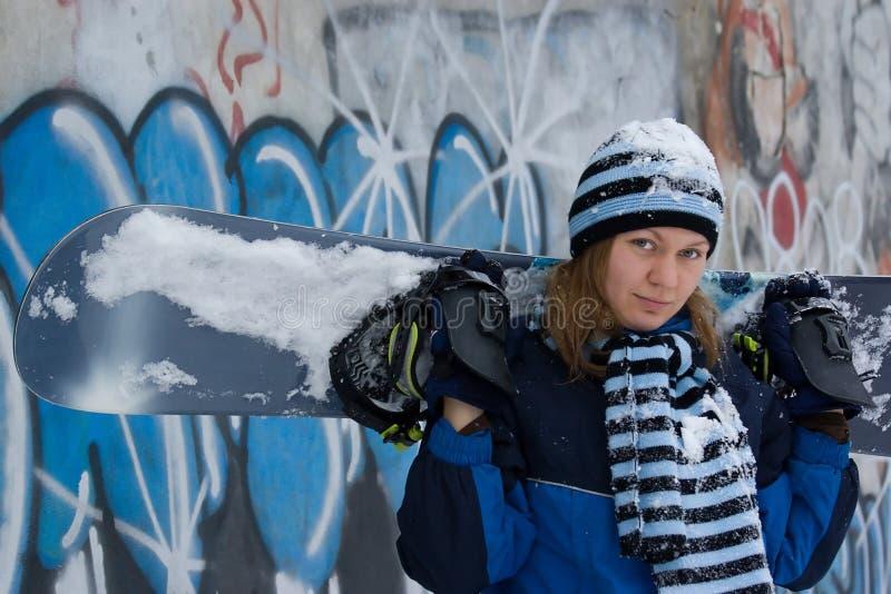 Muchacha agradable con el snowboard fotos de archivo libres de regalías