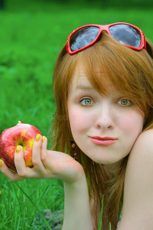 Muchacha agradable con la manzana imágenes de archivo libres de regalías