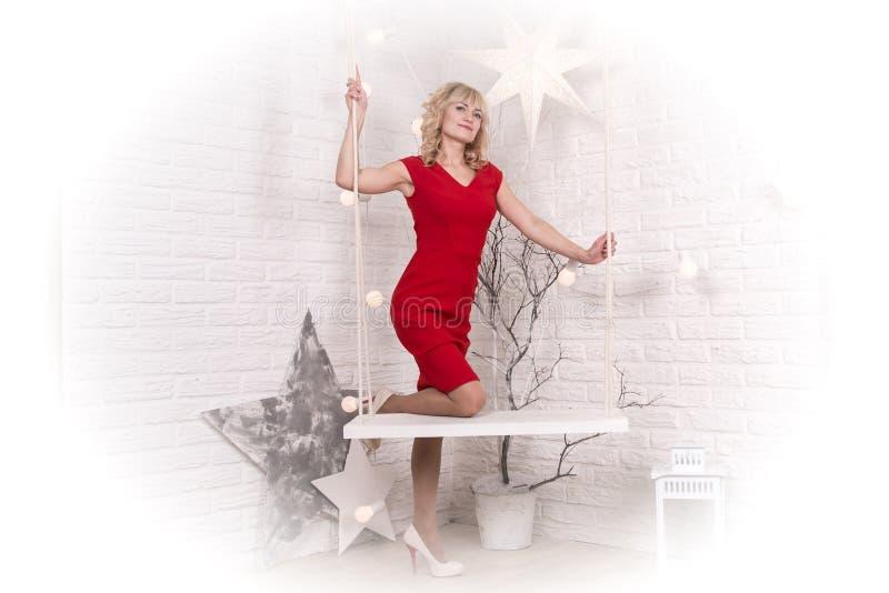 Muchacha agradable en el cuarto y la Navidad fotos de archivo libres de regalías