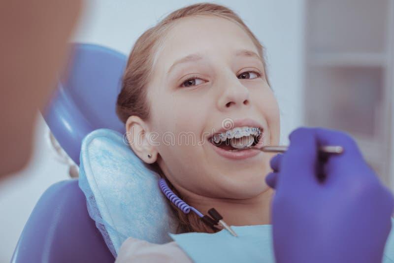 Muchacha agradable encantadora que experimenta el examen de los dientes imagen de archivo libre de regalías