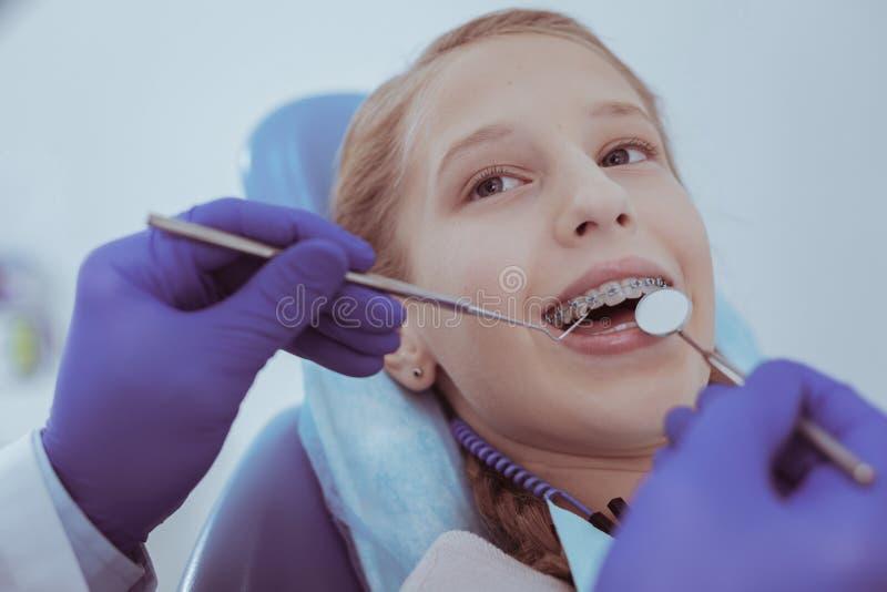 Muchacha agradable encantadora que visita al especialista dental imagen de archivo libre de regalías