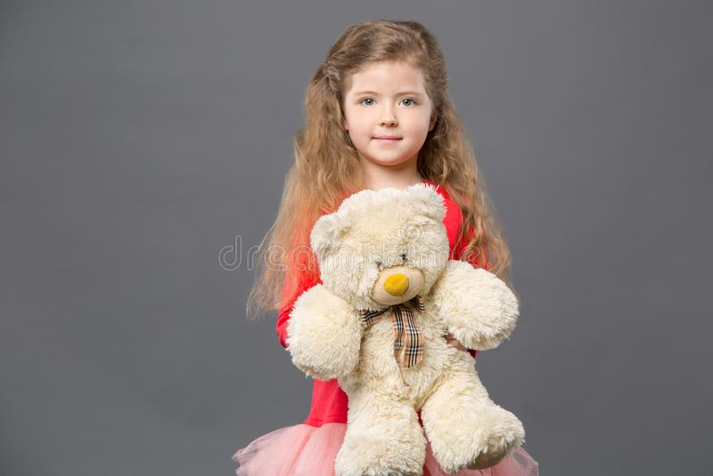 Muchacha agradable agradable que sostiene su juguete foto de archivo