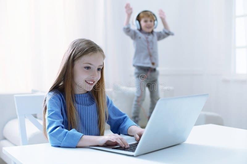 Muchacha agradable que trabaja en un ordenador portátil fotografía de archivo libre de regalías