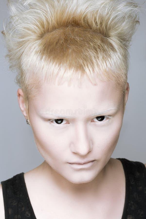 Muchacha agresiva enojada en lentes negras fotos de archivo
