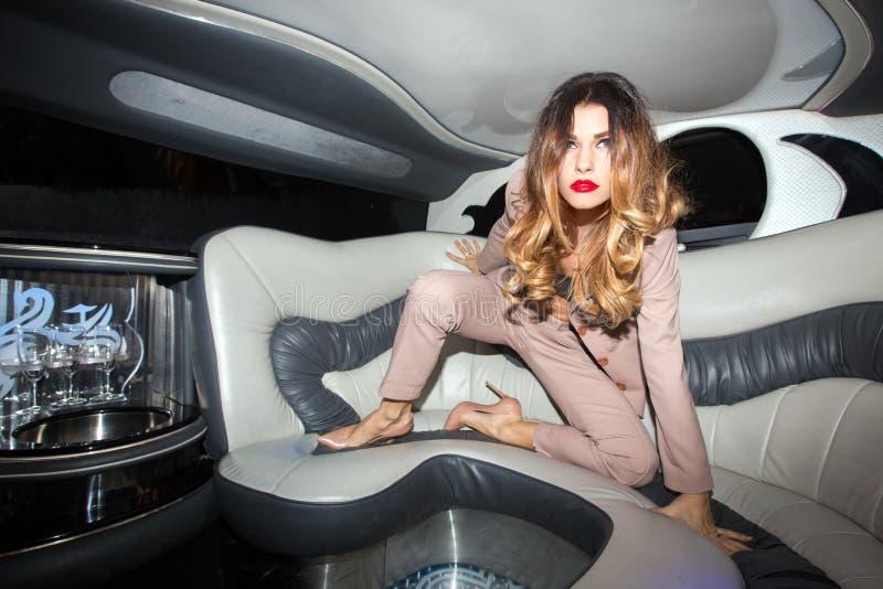 Muchacha agresiva que sube en el asiento de carro foto de archivo