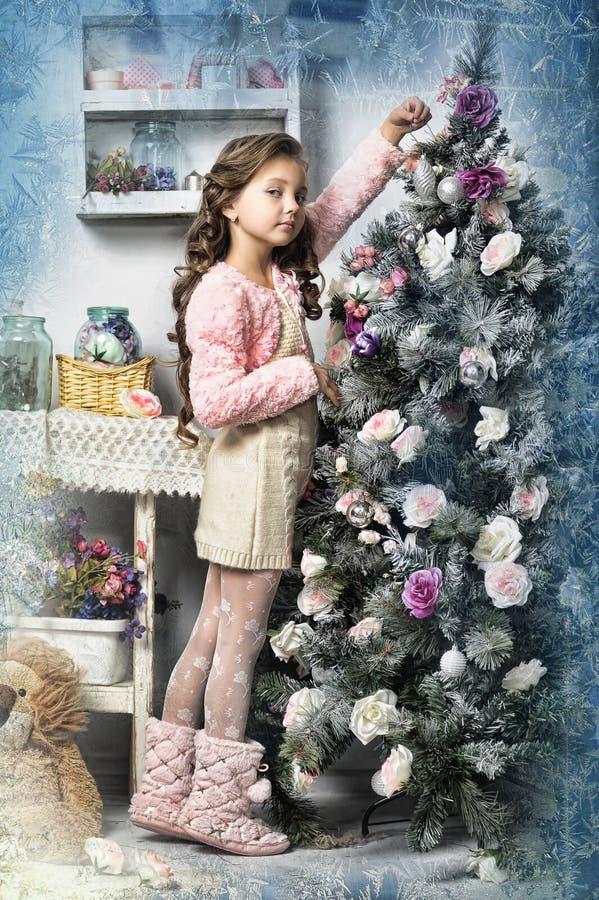 Muchacha al lado de un árbol de navidad foto de archivo libre de regalías