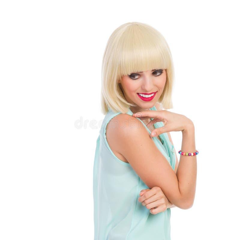 Muchacha alegre con la franja rubia que mira lejos imagen de archivo