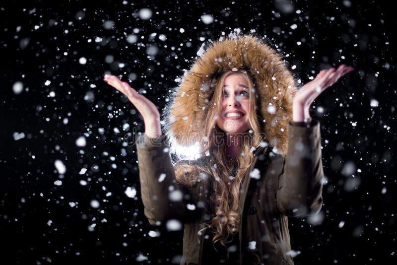 Muchacha alegre en nieve fotos de archivo