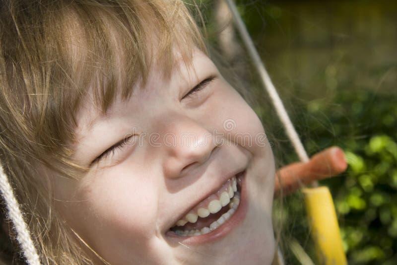 Muchacha alegre en un oscilación fotos de archivo