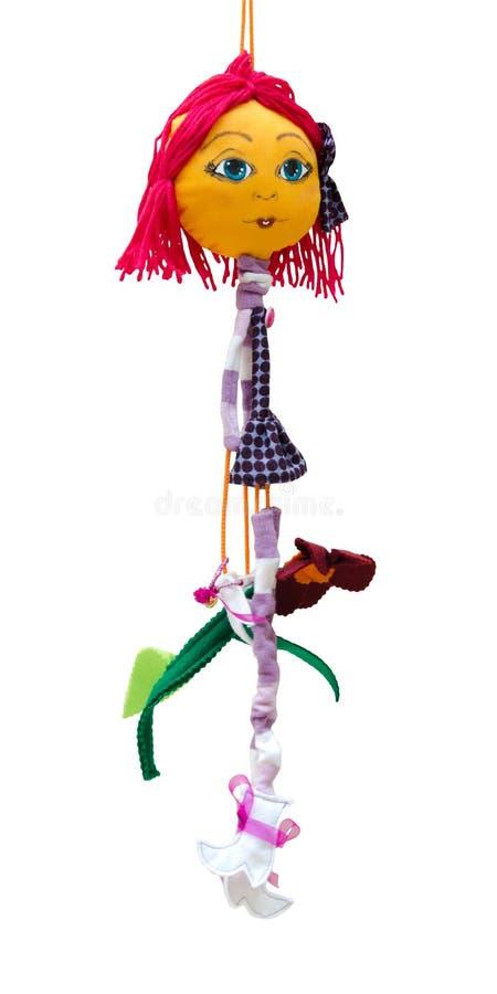Muchacha alegre fina aislada juguete hecho a mano de la muñeca en los wi cortos del vestido fotografía de archivo
