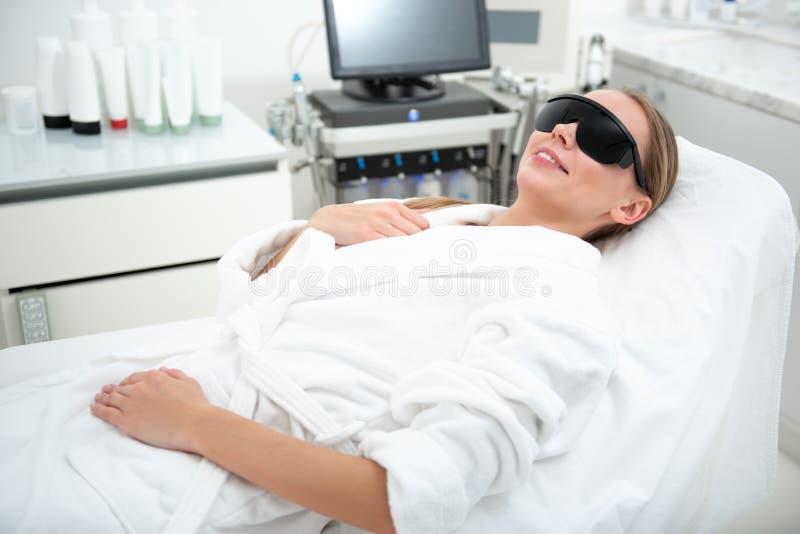 Muchacha alegre que cuenta con el tratamiento de la cosmetología imagen de archivo