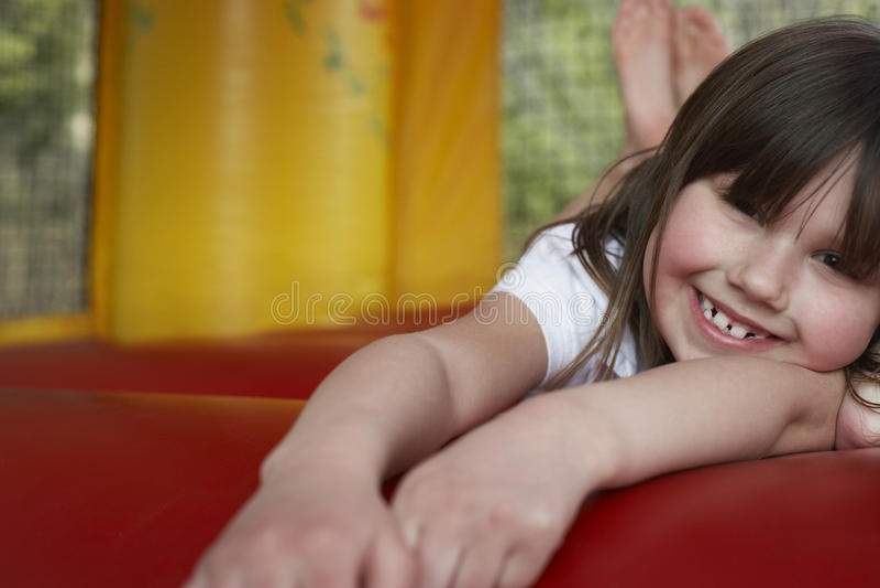 Muchacha alegre que miente en castillo animoso foto de archivo libre de regalías