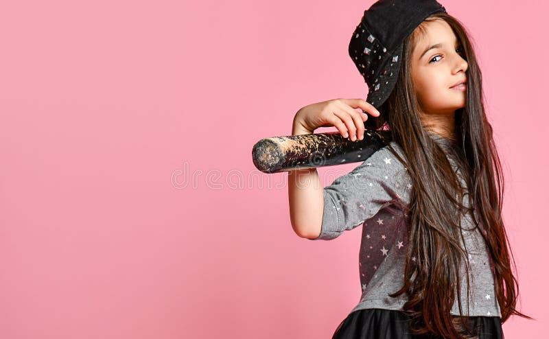 Muchacha americana brillante joven con el bate de béisbol fotos de archivo