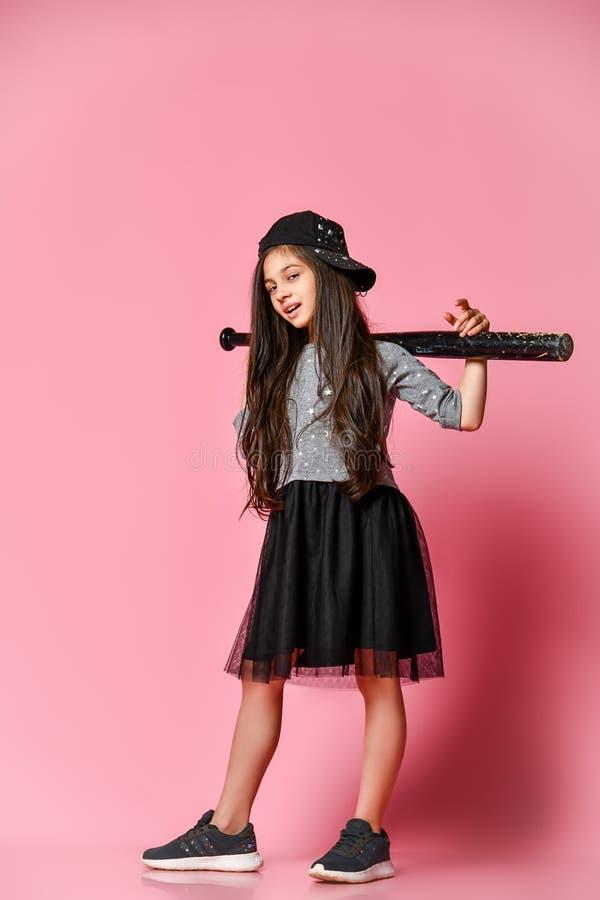 Muchacha americana brillante joven con el bate de béisbol imagen de archivo